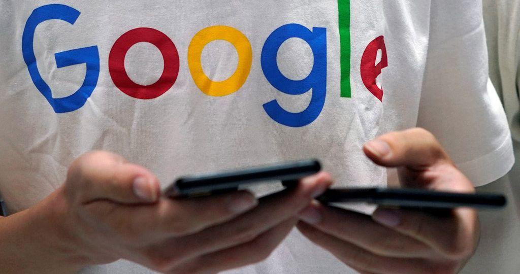 pessoa-com-camiseta-do-google-segura-celulares-durante-conferc3aancia-de-tecnologia-em-xangai-china-reutersaly-song-e1534864122224