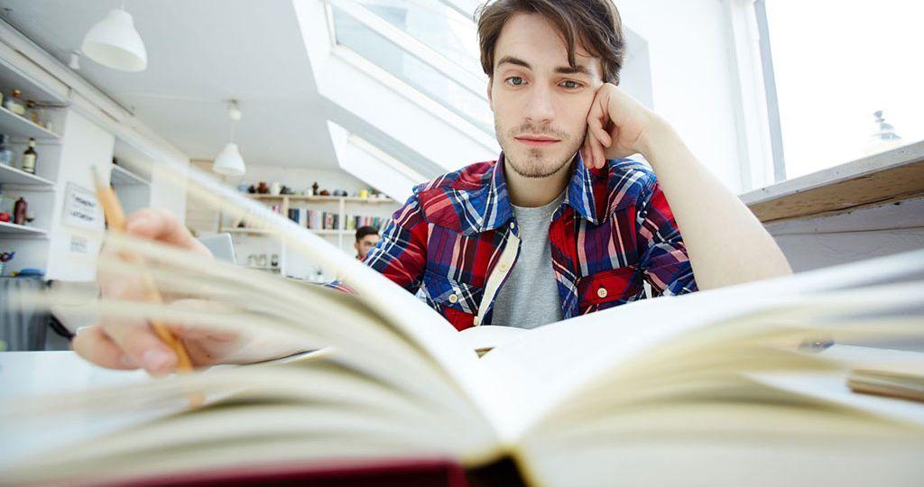 estudante-e-livro