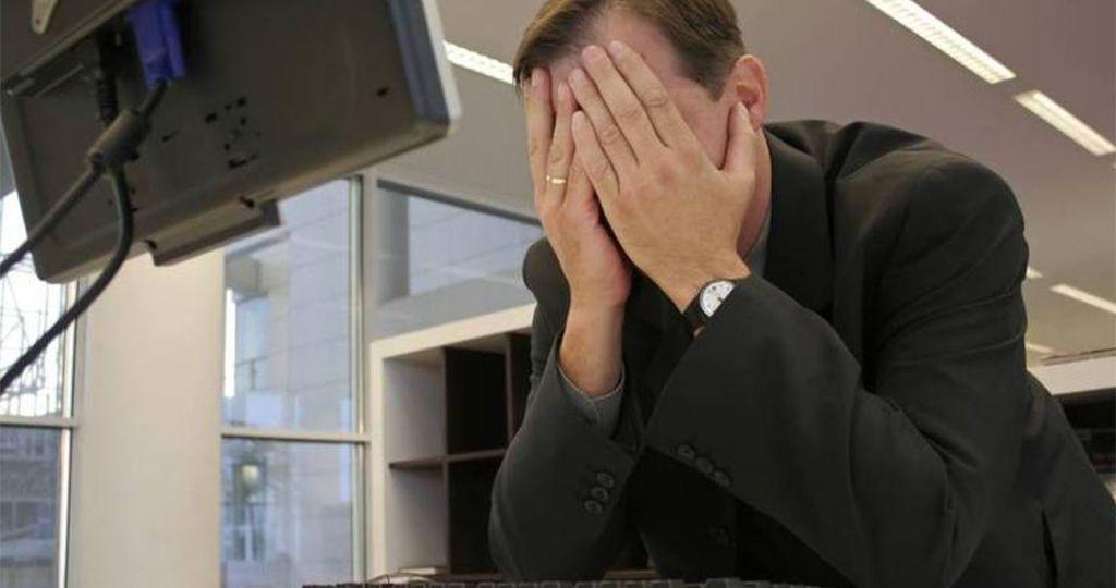 size_960_16_9_homem-desesperado-em-frente-ao-computador-erro-cansaco-trabalho-escritorio
